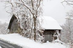 雪的一个老谷仓 库存图片