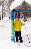 滑雪的一名年长妇女 库存照片