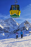 滑雪的两个女孩在冬季体育的悬索铁路附近在sw依靠 图库摄影