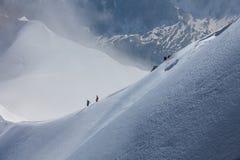 雪的两座山冒险家 图库摄影