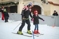 滑雪的伊维察Kostelic教的女孩 免版税库存图片
