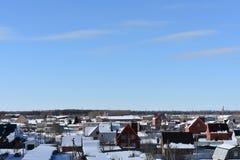 雪的冬天城市在蓝天背景 库存图片