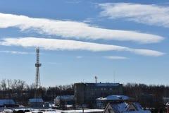 雪的冬天城市在蓝天背景 图库摄影