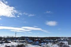 雪的冬天城市在蓝天背景 免版税库存图片