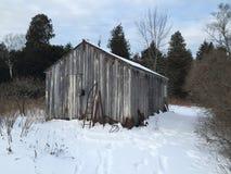 雪的凉快的老棚子 免版税库存照片