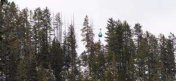滑雪的升降椅 免版税库存图片