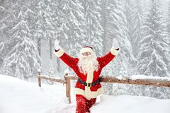 雪的圣诞老人在圣诞节的冬天 免版税库存图片