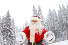 雪的圣诞老人在圣诞节的冬天 免版税库存照片