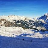 滑雪的在冬季体育的人们和雪板在瑞士Al依靠 免版税库存照片