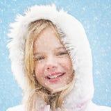雪的微笑的女孩 免版税库存图片