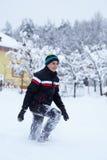 雪的愉快的少年 免版税库存图片