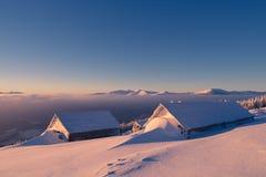 雪的木房子 免版税库存照片