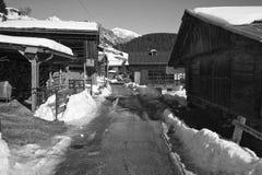 雪的木谷仓 免版税库存照片