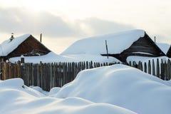 雪的村庄房子 图库摄影