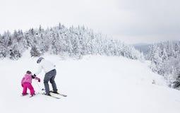 滑雪的母亲教的女儿在Mont-Tremblant滑雪胜地 库存照片