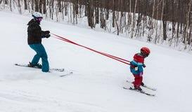 滑雪的母亲教的女儿在Mont-Tremblant滑雪胜地 免版税库存照片