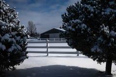 雪的现代谷仓 库存照片