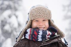 雪的男孩 免版税库存图片