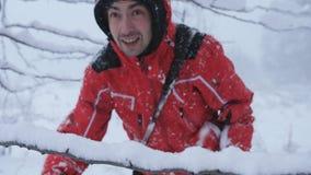 雪的男性旅客走在积雪的森林的 股票录像