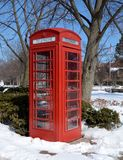 雪的红色电话亭 免版税库存图片