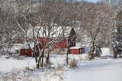 雪的红色谷仓 库存照片