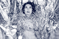 雪的美丽的少妇 免版税库存图片
