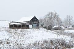 雪的老烟草谷仓 免版税库存图片