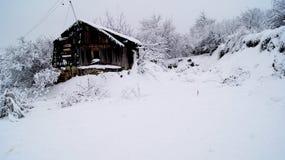 雪的被放弃的房子,冬天在俄罗斯 免版税库存照片