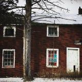 雪的被放弃的房子 免版税图库摄影