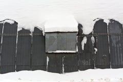雪的金属飞机棚 库存照片