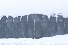 雪的金属飞机棚 免版税库存图片
