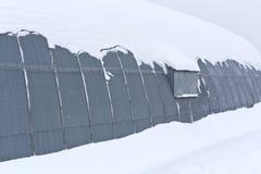 雪的金属飞机棚 免版税库存照片