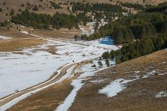 雪的阿布鲁佐山路在春季 图库摄影