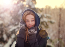 雪的青少年的女孩 免版税库存图片