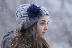 雪的青少年的女孩 免版税库存照片