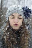 雪的青少年的女孩 图库摄影