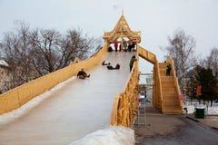 滑雪的建筑小山在冰。 社论 免版税图库摄影