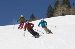 滑雪的滑雪者下坡 免版税库存照片