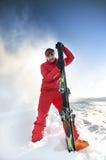 雪的滑雪者与后边蓝天。 免版税库存照片