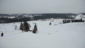 滑雪的滑雪者和的挡雪板下坡 股票录像