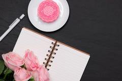 雪皮肤月饼和桃红色花在黑暗的背景 打开没有 免版税图库摄影