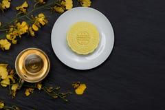 雪皮肤月饼和茶杯的甜颜色有花的在da 库存图片
