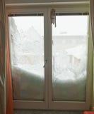 雪盖半视窗。 降雪在欧洲 免版税库存照片