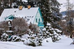 雪盖的冬景花园的美丽的房子 免版税图库摄影