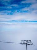 滑雪空中览绳上面  免版税库存图片