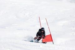 年轻滑雪竟赛者在障碍滑雪竞争时 免版税库存图片