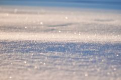 雪纹理在太阳样式闪烁 圣诞节,新年,早晨在假日前 抽象空白背景圣诞节黑暗的装饰设计模式红色的星形 免版税库存照片
