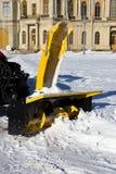 雪组合收获在路的肮脏的雪 gatchina?? 积雪的清除,报告文学射击 免版税库存图片