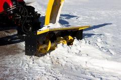 雪组合收获在路的肮脏的雪 gatchina?? 积雪的清除,报告文学射击 库存图片