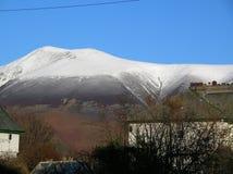 雪美丽的景色在猫响铃的从湖边, Cumbria,英国 免版税库存图片